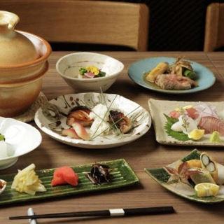 旬の食材をふんだんに使用した月替わりのコースに魅了される。