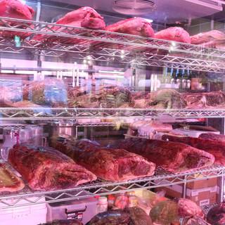店内から見える!お肉がズラッと並ぶ巨大熟成庫はインパクト大!