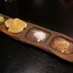 じんぺい - 薬味には、山葵、レモン、塩、すり胡麻