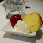 ザ・東京フルーツ パーラー - サービスのシフォンケーキ