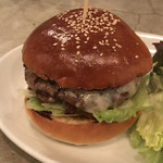 100215099 - パティとレタス、ゴルゴンゾーラチーズを挟んだシンプルなハンバーガーです。