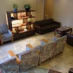 10022768 - ロビーにはゆったりしたソファーが置かれてます