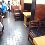 100222589 - 内観;1Fはテーブル席、カウンター席!カウンター内が厨房になっています♪