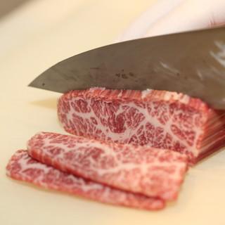 万場のお肉は全てオーダーを受けてから手切りでご提供