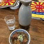 もつ焼き酒場 豚坊 - もつ煮込み¥270と、日本酒熱燗 大徳久利¥590