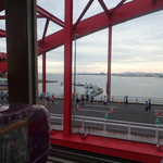 100226054 - フィニッシュ後 会場を後にするとさいごの神戸大橋(浜出バイパス)を走るランナーが見えたミャ。あと少し!