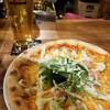 ハコネ テント バー - 料理写真:サーモンとアボカドのピザ(1000円)/生ビール(500円)