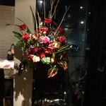 100247399 - 豪華なお花と共にお出迎えです。