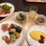 フィガロ - 左上茶わんの中が鰻ごはん、その隣がオニオンスープです。オムレツはトロトロです。