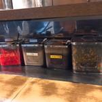 100262111 - 無料の薬味(左から)、紅生姜、すりゴマ、にんにく醤油、辛子高菜