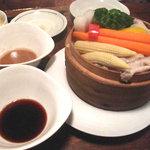 スリランカ料理専門店 居心地屋REON - 季節野菜と豚のせいろ蒸し。タレはゴマダレと醤油ダレ。