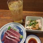 魚屋よ蔵 - 下町ハイボール¥300、ぶり刺し¥280、よだれ鶏¥280。(いずれも税別)