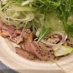ぼっけもん - 塩ダレたたき:絶妙な鶏のたたきにたっぷりの白髪ねぎと水菜にごま油系ドレッシング。一人で一皿いける。