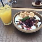 Micasadeco&Cafe - ブレックファーストメニューのヨーグルトグラノーラとオレンジジュース