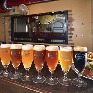後ろの醸造室の出来立てビールをご提供