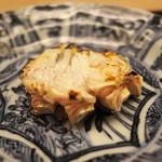 緒方 - 蟹の足を炭で焼いて香。いや絶品の蟹の味と炭の香り。