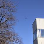 たてがみ家 - 座間らしく灰色の飛行機が飛んでいました