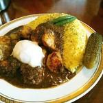 カレーの店 マボロシ - チキンはゴロゴロ12個入っていました。大盛か大辛だと生の青唐辛子が1本から2本に増えます。