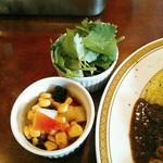カレーの店 マボロシ - 「福神漬けの代わりです」と提供されるコーン、レーズン、玉葱のアチャール的なものとパクチー(100円)。