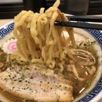 からみそラーメンふくろう - 麺リフト。かなりの太麺です。