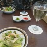 M&C Cafe - グラス赤ワイン、白ワイン各600円