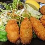 魚蔵 ねむろ - 魚蔵 ねむろ @秋葉原 レタス・水菜サラダとカットレモン、タルタルソース、辛子が添えられる牡蠣フライ