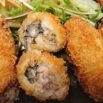 魚蔵 ねむろ - 魚蔵 ねむろ @秋葉原 噛むと熱い牡蠣ジュースが飛び出すプリプリ食感の牡蠣フライ