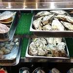 魚蔵 ねむろ - 魚蔵 ねむろ @秋葉原 出番を待つ貝類