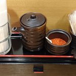 魚蔵 ねむろ - 魚蔵 ねむろ @秋葉原 卓上調味料は醤油と一味唐辛子