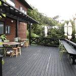 小さな宿&レストラン しいの木やま - レストラン棟の更に上にあるウッドデッキ席