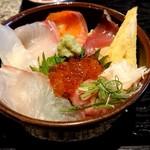 100308133 - 「濃厚魚介つけ麺ランチ(麺量500g)+「肉増し」+「ミニ海鮮丼に変更」」の「ミニ海鮮丼」
