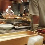 ふたば製麺 - 厨房で揚げた天ぷらやかき揚げを、揚げたてでいただけますヽ( ̄▽ ̄)ノ