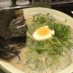 100309801 - ◆私は「のりネギラーメン(680円)」を麺の硬さは普通で。 海苔が大き目ですので、麺とともに頂くと美味しい。 スープも豚骨としては頂きやすいですね。ただ私には多くて完食できませんでした。m(__)m
