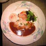 10031145 - 銀座千円フレンチ 1000円 の豚ロース肉のコルドンブルー フォンドボーソース