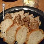 ガルニ - お通しのパン  フランスパンは食べ放題