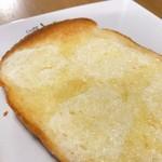 セントル ザ・ベーカリー - バターをのせてカリカリサクサクを味わう