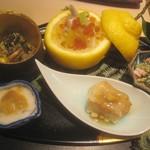 Ginzayoshizawa - 八寸(牡蠣味噌漬け・芹胡麻和え、フグ皮と白菜の三宝柑入り、ブロッコリーと干し柿の白和え、ナマコのこのわた、揚げ蓮根餅)