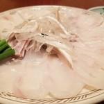 100336690 - ③虎河豚てっさ                       薄造りとしてはやや厚く切られたてっさ。                       淡いピンクの身は見るからに美味しそう。                       皮もふんだんに盛られています。