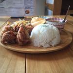 バーン タワン - ワンプレートランチ。メインはガイトード、小鉢はグリーンカレーとマッサマンカレー