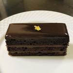 100347016 - シンプルなチョコレートケーキかと思いきや。。。!