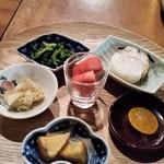 100353436 - お通しプレート。赤蕪、セリ、サツマイモ、焼きサバ寿司など。彩りが鮮やかです。