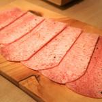 100362331 - 『至高のタン』¥2,500円                       たん芯のみを使用しており、一般的な焼肉屋さんのタンの切り方とは少し違いました。またかなりの霜降りのタンでとても柔らかかったです。