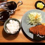 100367849 - ロースカツ定食はソースと名古屋味噌が付いてくる