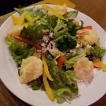 沖縄美食BAR うみんちゅぬ やまんちゅぬ - ぷりぷり海老と漬けアボカドのサラダ 780円
