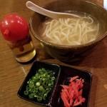 沖縄美食BAR うみんちゅぬ やまんちゅぬ - ソーキ入り沖縄そば 680円