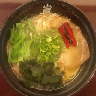 らーめん 嵐 - 料理写真:嵐らーめん。濃厚とんこつスープに、ヒマラヤ岩塩に魚ダシをプラスした塩ダレを使用!
