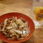 氏ノ木 - お通しのキノコのだし煮と生レモンサワー