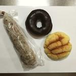 ブロート ラント - (左から)クリクラ(220円)、チョコドーナツ(商品名も価格も不明)、メロンパン(140円)