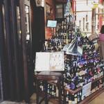100371671 - ずらりと積み上がったビール瓶