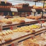 カスカード - おいしそうなパンがずらりと並ぶ